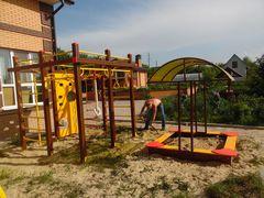 Детская площадка в цветах дома