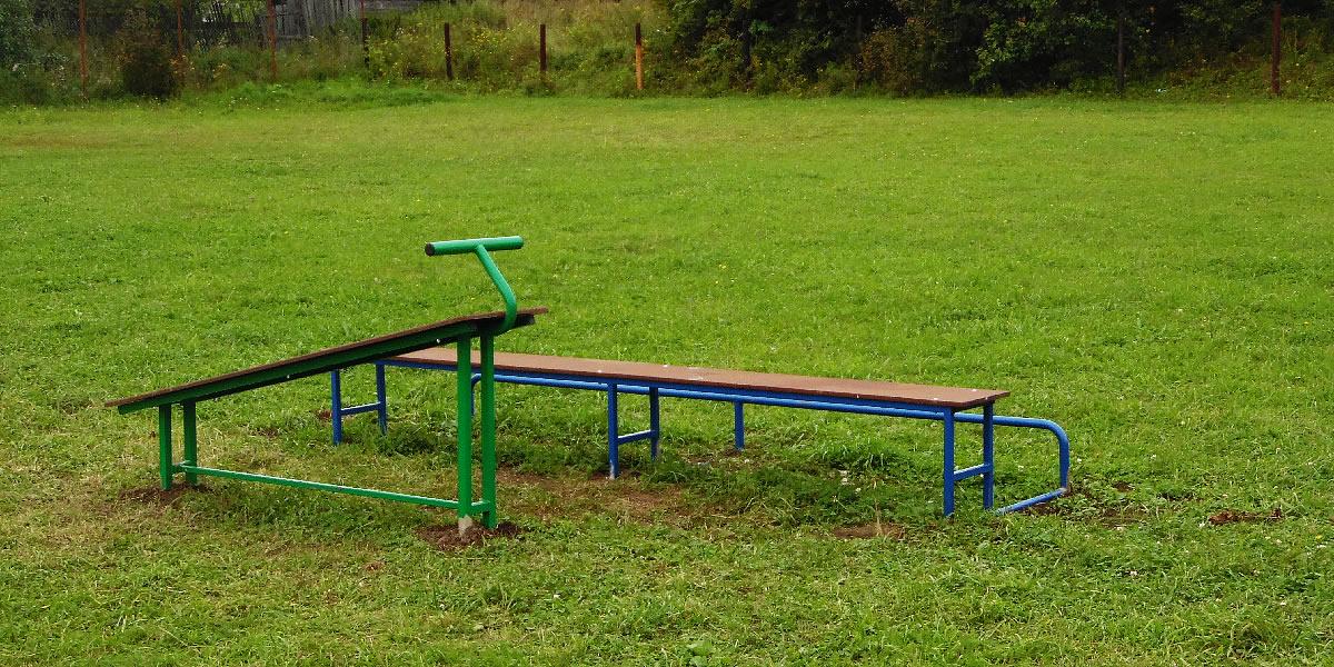 Федоровская средняя школа - спортивная площадка, скамейки