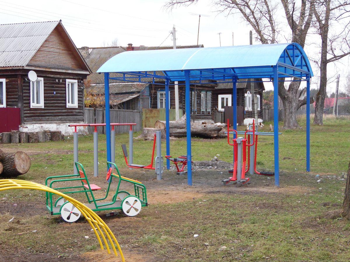 Детские игровые макеты соседствуют со спортивными тренажерами