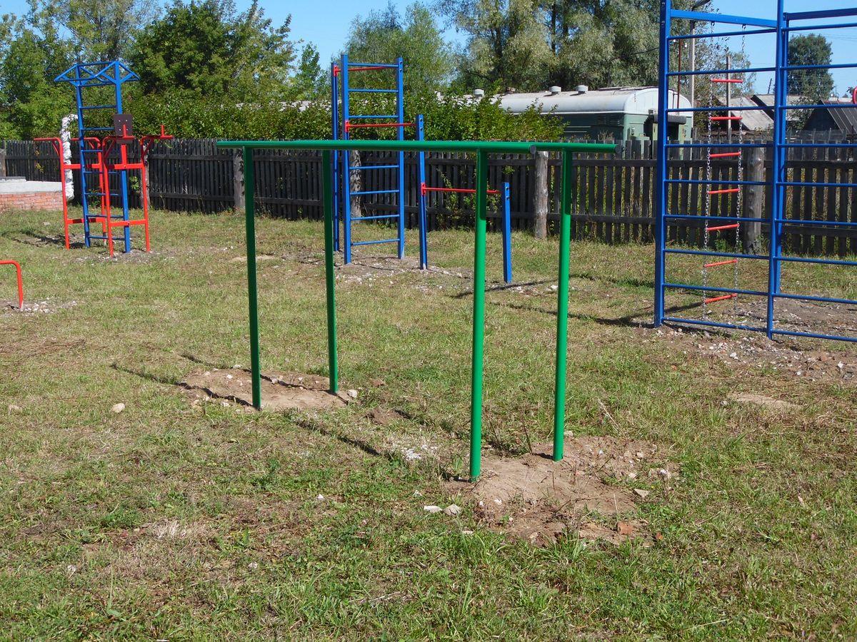 Спортивная площадка в Волосатовской средней школе - брусья параллельные