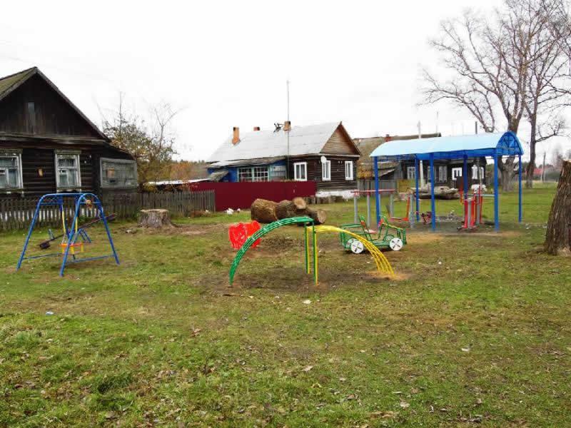 Спортивные тренажеры под навесом и детская площадка в поселке Тасинский